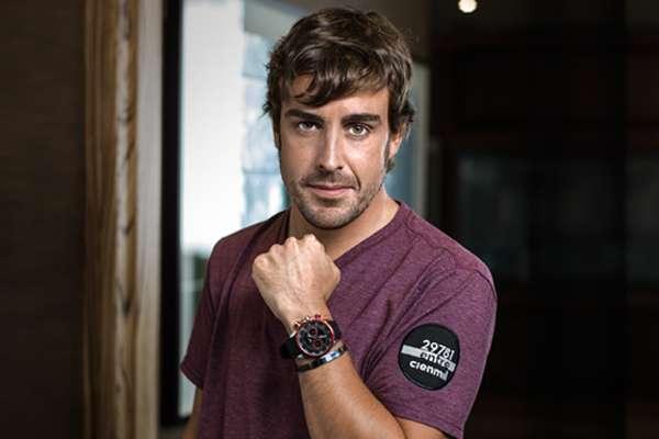Fernando Alonso con su pulsera Viceroy y el dorsal de Uno entre Cien M